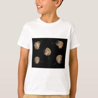 Drehende Gehirne mit Magnifyer T-Shirt