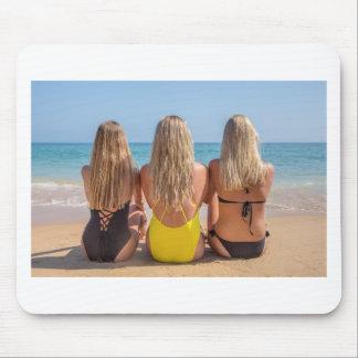 Drei blonde niederländische Mädchen sitzen auf Mousepad
