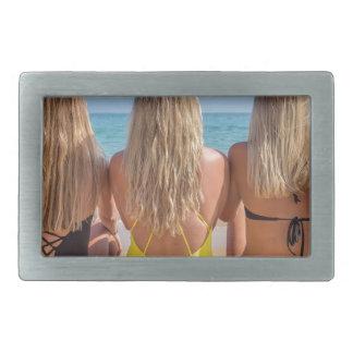 Drei blonde niederländische Mädchen sitzen auf Rechteckige Gürtelschnalle