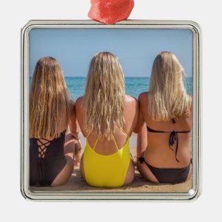 Drei blonde niederländische Mädchen sitzen auf Silbernes Ornament