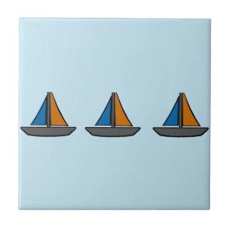 Drei farbige Segelboote Fliese