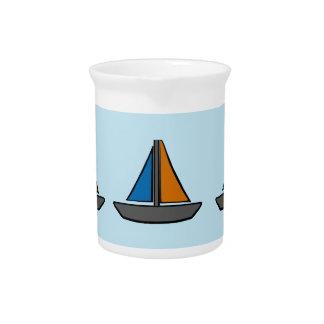 Drei farbige Segelboote Getränke Pitcher