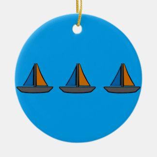 Drei farbige Segelboote Rundes Keramik Ornament