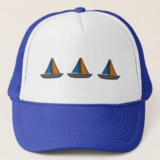 Drei farbige Segelboote Truckerkappe