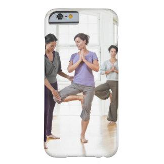 Drei Frauen, die Yoga üben Barely There iPhone 6 Hülle