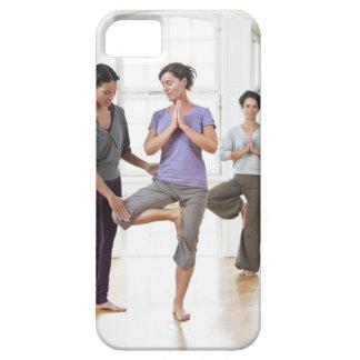 Drei Frauen, die Yoga üben Etui Fürs iPhone 5