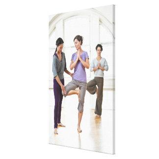 Drei Frauen, die Yoga üben Leinwanddrucke