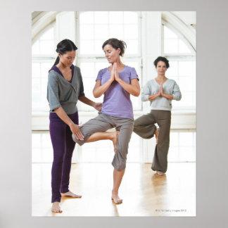 Drei Frauen, die Yoga üben Poster