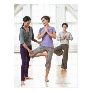 Drei Frauen, die Yoga üben Postkarten