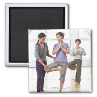 Drei Frauen, die Yoga üben Quadratischer Magnet