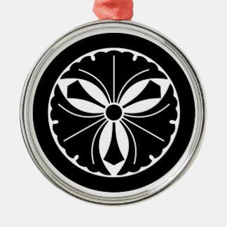 Drei Ginkgo-Blätter mit Schwertern im Kreis Silbernes Ornament