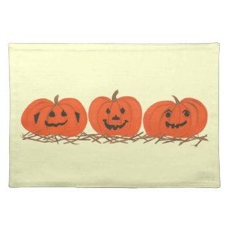 Drei glückliche Kürbise in Heu-Halloween-Tischsets Tischset