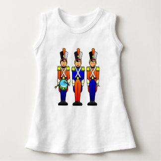 Drei intelligente Spielzeug-Soldaten auf Parade Kleid