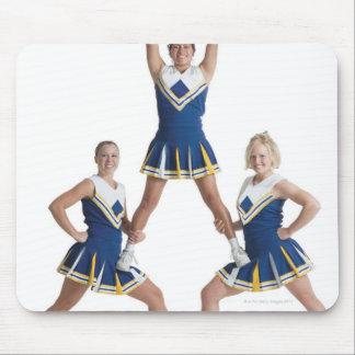 drei jugendliche kaukasische weibliche Cheerleader Mousepads