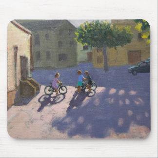 Drei Kinder mit Fahrrädern Spanien Mauspads