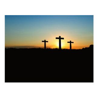 Drei Kreuze auf einem Hügel Postkarte