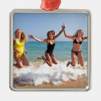 Drei Mädchen, die auf Strand nahe sea.JPG springen Silbernes Ornament