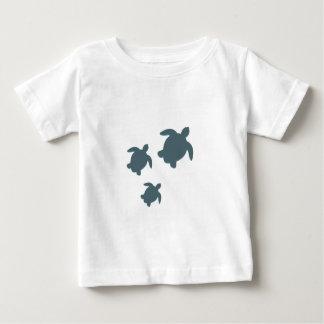 Drei Meeresschildkröten, die zusammen schwimmen Baby T-shirt