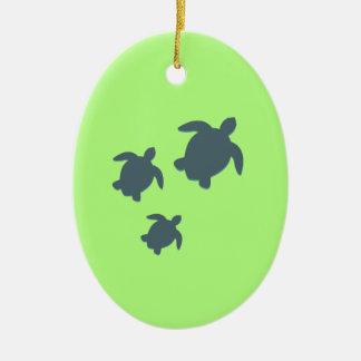 Drei Meeresschildkröten, die zusammen schwimmen Ovales Keramik Ornament