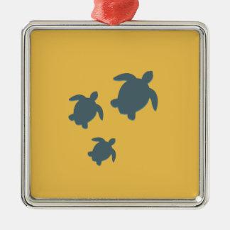 Drei Meeresschildkröten, die zusammen schwimmen Quadratisches Silberfarbenes Ornament