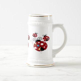 Drei rot und schwarzer Marienkäfer mit Sternen Bierglas