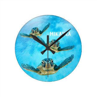 Drei schwimmende Baby-Meeresschildkröten Runde Wanduhr