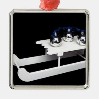 Drei silberne Weihnachtsbälle auf weißem Quadratisches Silberfarbenes Ornament