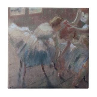Drei Tänzer, die für Klasse sich vorbereiten Keramikfliese