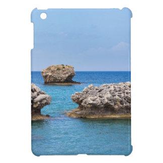 Drei verschiedene Felsen in Küstennähe im Meer Hüllen Für iPad Mini