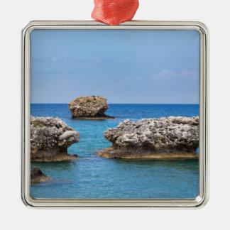 Drei verschiedene Felsen in Küstennähe im Meer Quadratisches Silberfarbenes Ornament