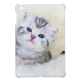 Drei-Wochen-alte junge Katze, die auf Schafpelz iPad Mini Hülle