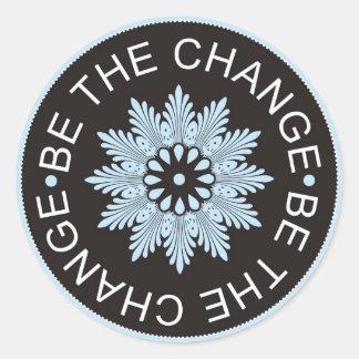 Drei Wort-Zitate ~Be das Change~ Runder Aufkleber