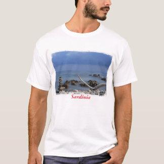 Druck eines felsigen Strandes in Sardinien, T-Shirt