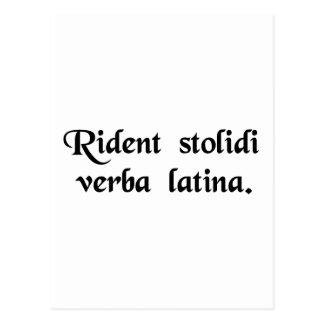 Dummkopflachen an der lateinischen Sprache Postkarte