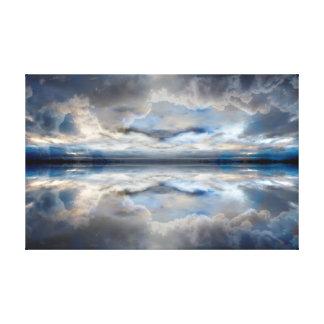 Dunkelblaue reflektierte Wolken Leinwanddruck