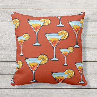 Dunkelorangefarbiges Martini-Cocktail-Muster Kissen