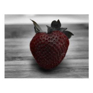 Dunkelrote Erdbeere auf Schwarzweiss Postkarte