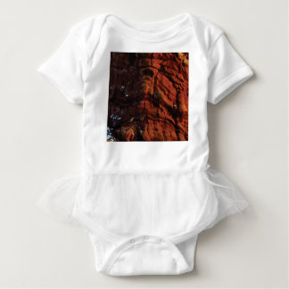 dunkelrote Felsenlinien Baby Strampler