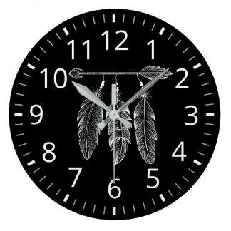Dunkle Boho Uhr-Art mit Pfeil und Federn Große Wanduhr