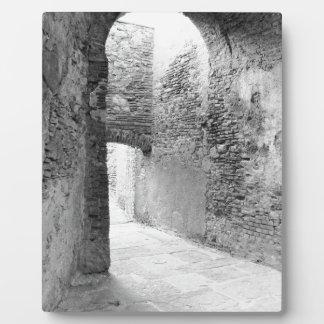 Dunkle Korridore einer alten Verstärkungsstruktur Fotoplatte