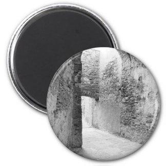 Dunkle Korridore einer alten Verstärkungsstruktur Runder Magnet 5,7 Cm