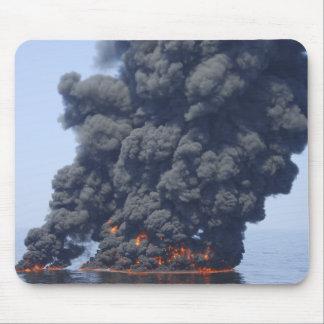 Dunkle Rauchwolken und Feuer tauchen 2 auf Mousepad