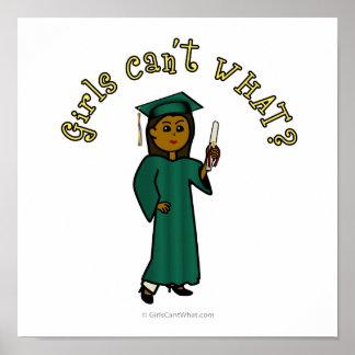 Dunkler Frau-Absolvent in der grünen Kappe und im  Plakatdrucke
