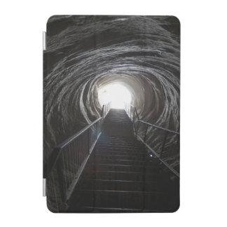 Dunkler Höhlen-Tunnel iPad Mini Cover