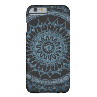 Dunkler Mandala-Kasten durch Megaflora Entwurf Barely There iPhone 6 Hülle