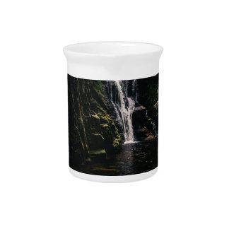 Dunkler Wasserfall und ein See, Natur-Fotografie Krug