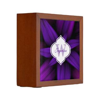 Dunkles lila magentarotes Blüten-Monogramm Stifthalter