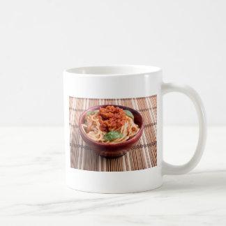 Dünne Spaghettis mit Tomate finden und Kaffeetasse