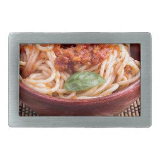 Dünne Spaghettis mit Tomate finden und Rechteckige Gürtelschnalle
