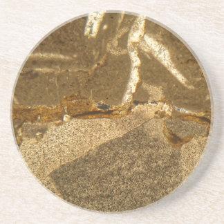 Dünner Abschnitt des Triassic Karbonats unter dem Getränkeuntersetzer